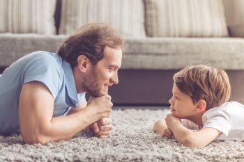 ילד והורה מסתכלים על השטיח