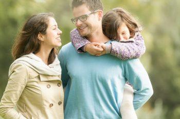הורים עם ילדה שק קמח