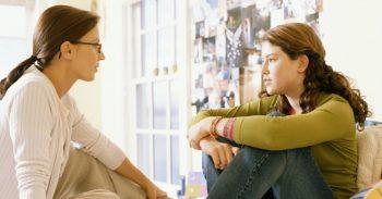 שיחה נערה עם מבוגרת