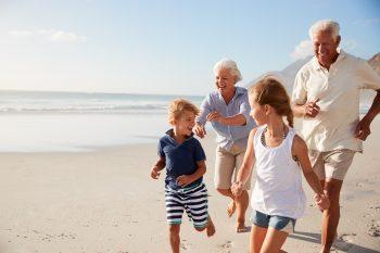 סבים וסבתות עם נכדים