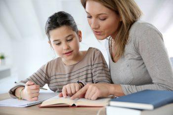 אמא וילדה קוראות יחד