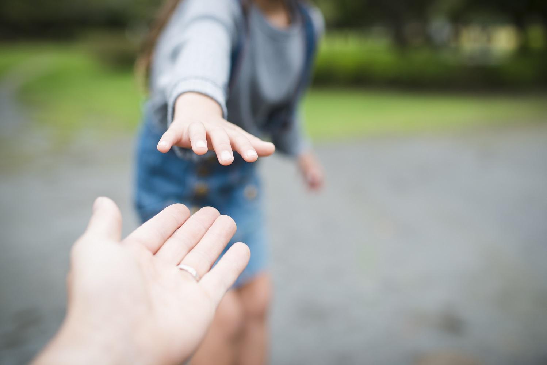 הורה וילדה מושיטים ידיים
