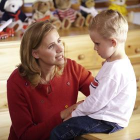 אמא מסבירה לילד