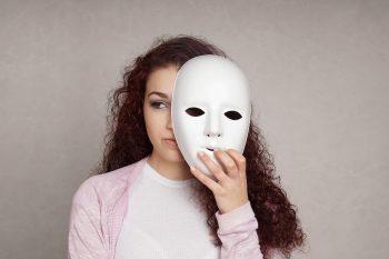 אישה מאחורי מסיכה