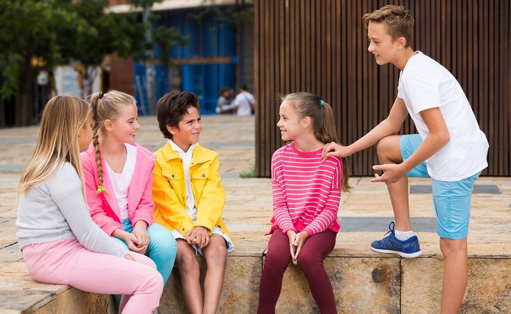 ילדים משוחחים